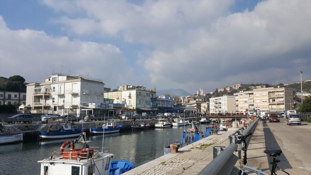 BLick auf den Fischerhafen von Terracina, Italien