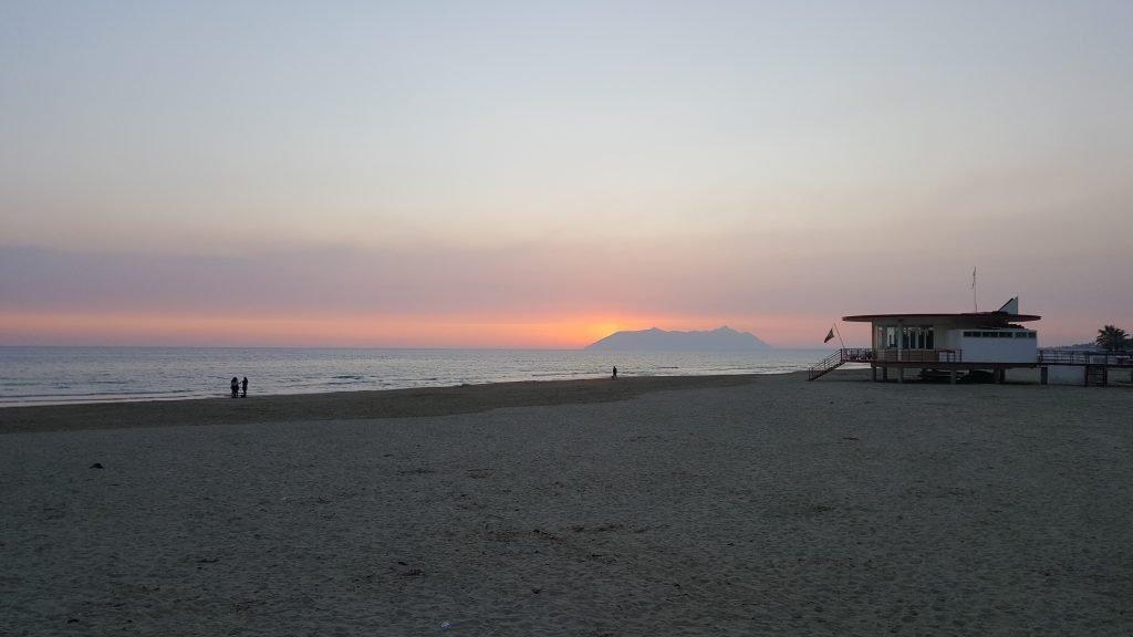 Sonnenuntergang mit Meerblick in Terracina, Italien