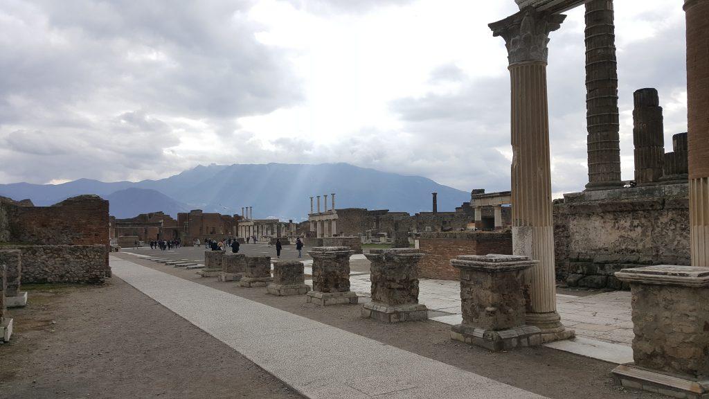 Pompei, zentraler Platz mit Säulen , Ausgrabungsstätte in Italien