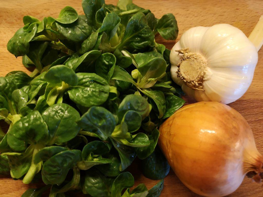 Knoblauch, Zwiebeln und Feldsalat, die wichtigsten Zutaten für einen leckeren Wintersalat