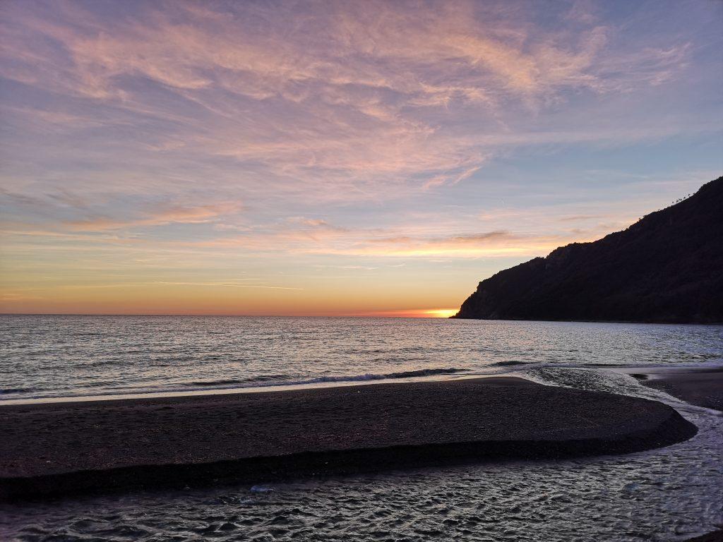 Strand in Sestri Levante mit Sonnenuntergang