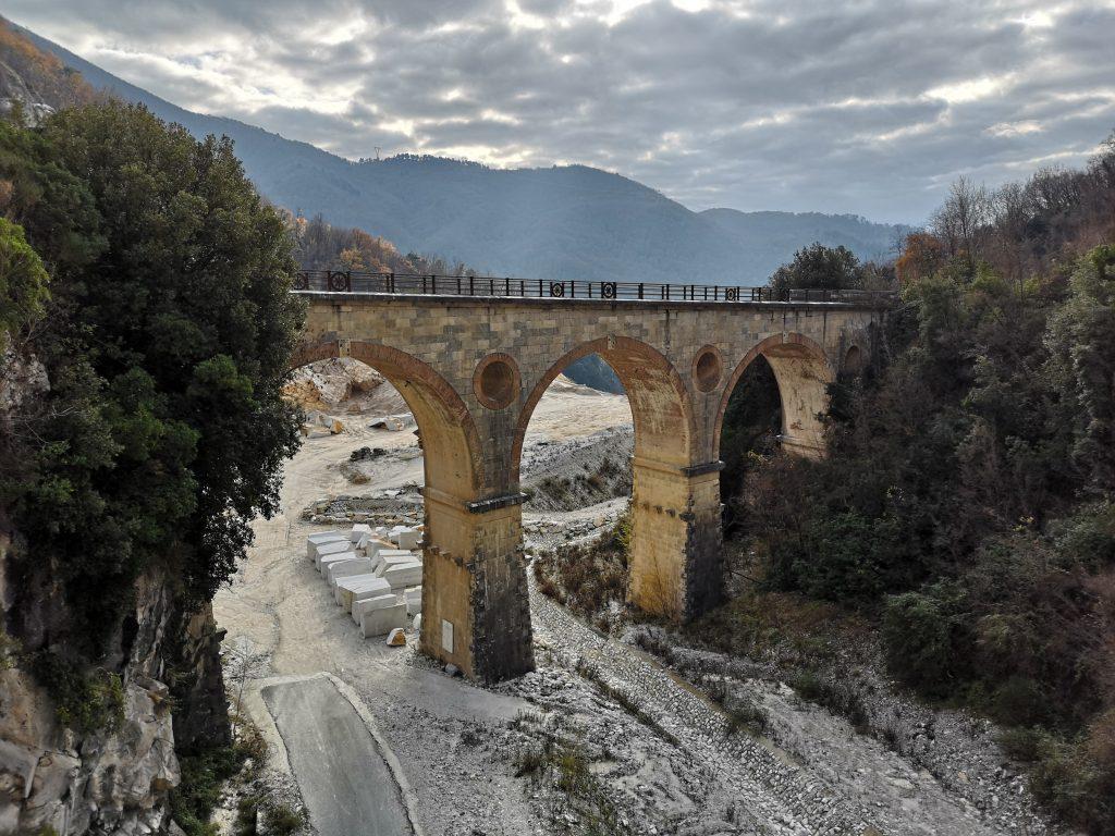 Brücke im Steinbruch in Carrara Italien