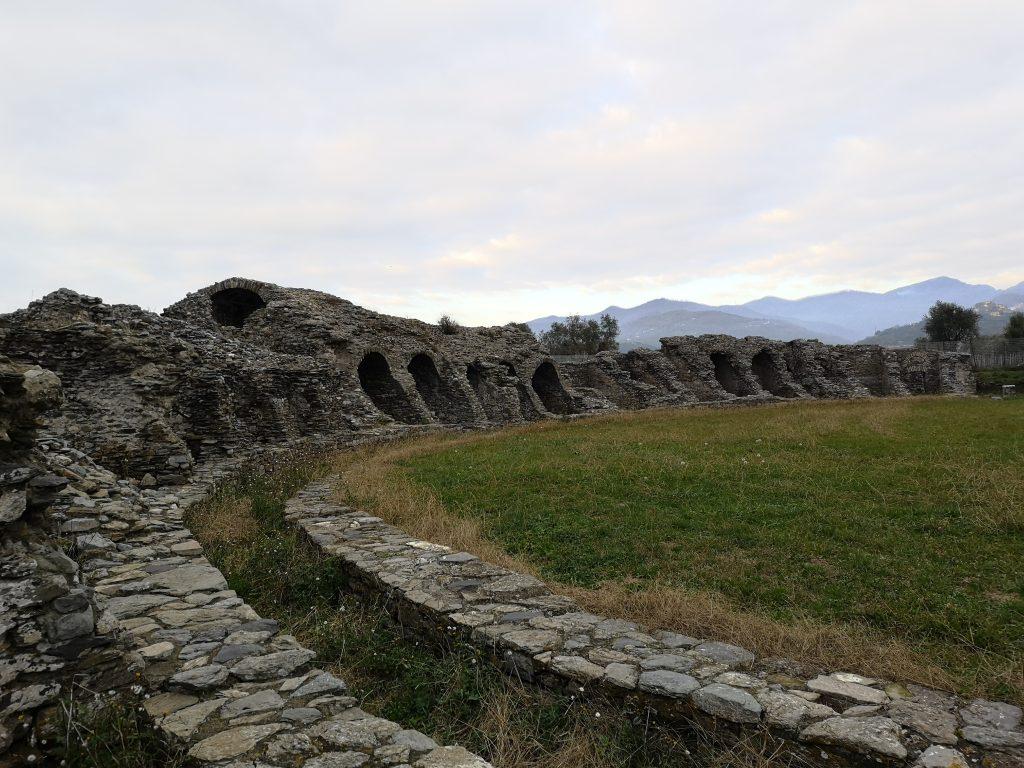 Amphitheater in Luni bei Massa in der Toskana, archäologische Ausgrabungsstätte
