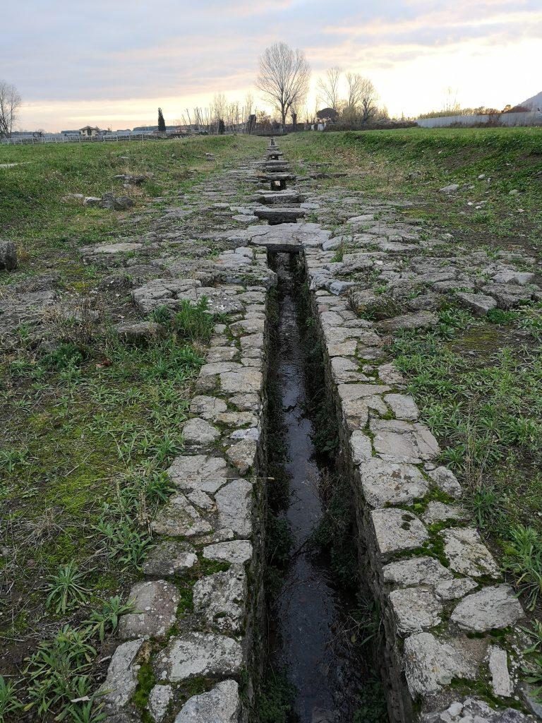 Römisches Bewässerungssystem in Luni bei Massa in der Toskana