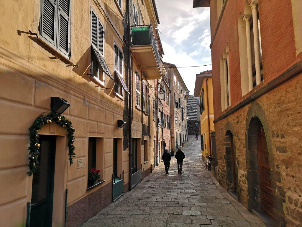 Blick in eine Gasse von Levanto in Italien
