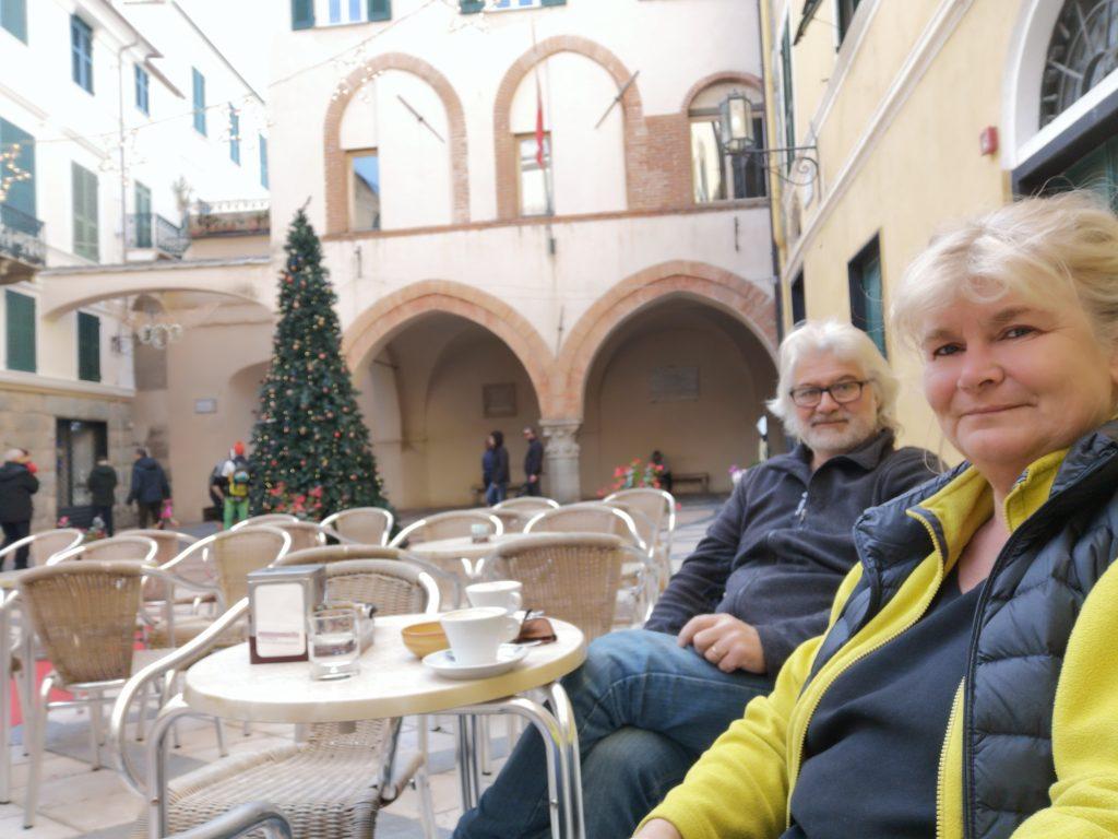 Cappuchino trinken auf der Piazza in Noli Italien