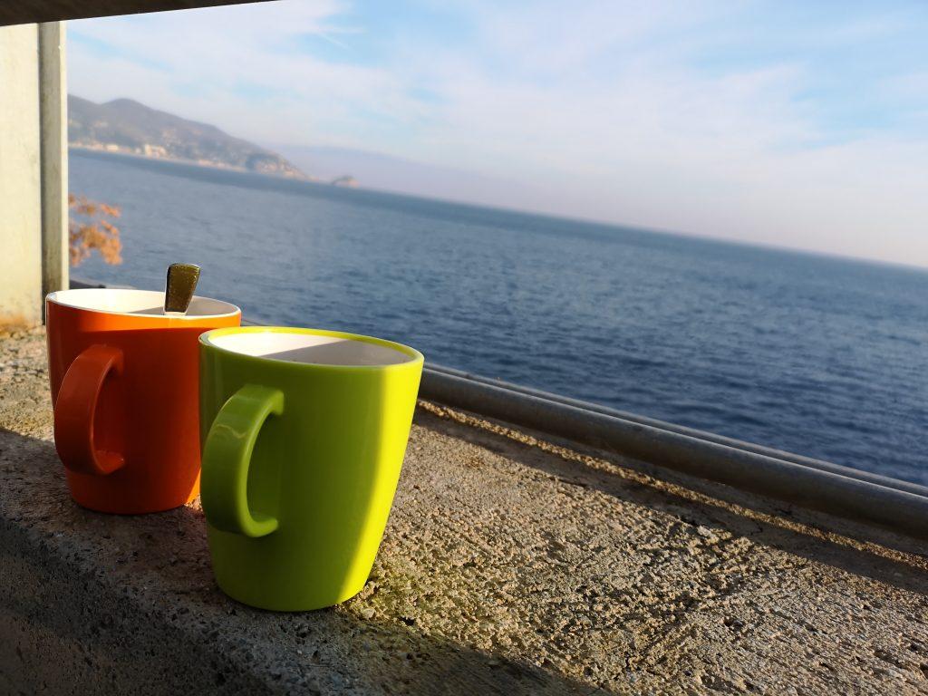 Kaffee am Neujahrsmorgen mit Meerblick und Sonnenschein