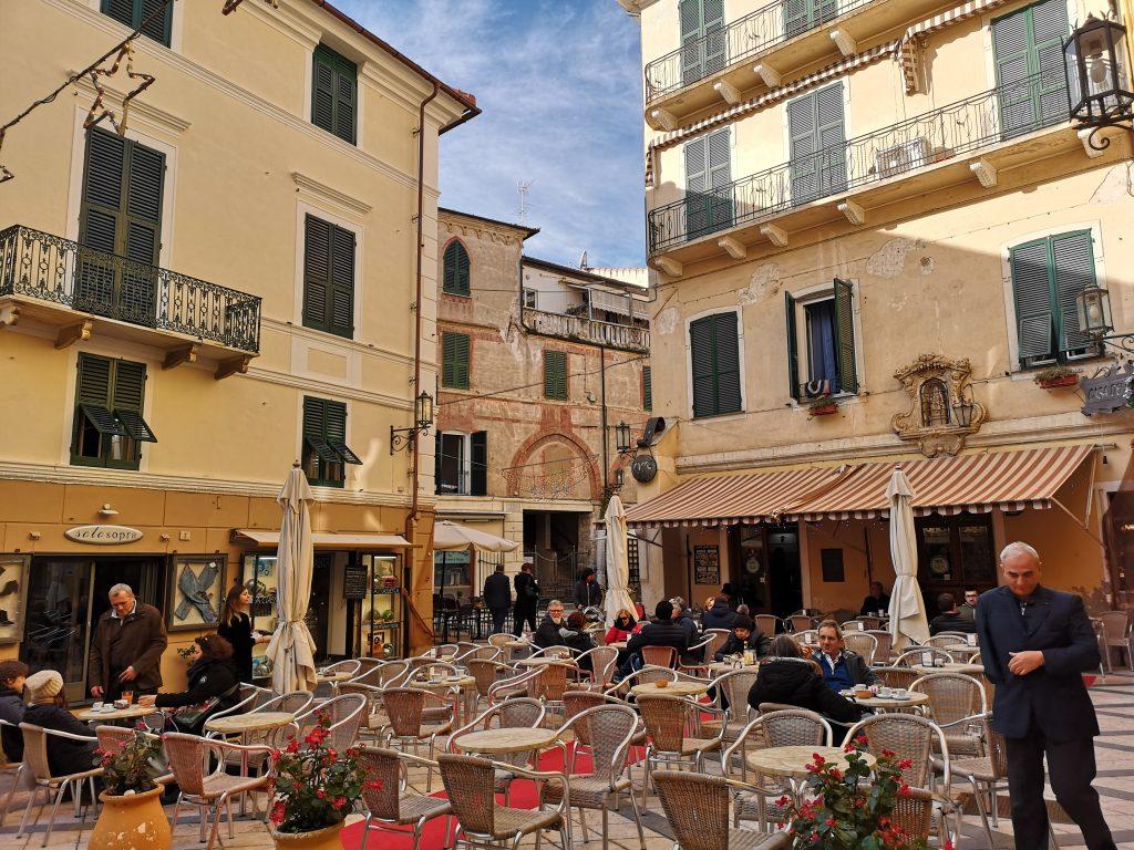 Piazza in Noli mit einem gemütlichen Cafe