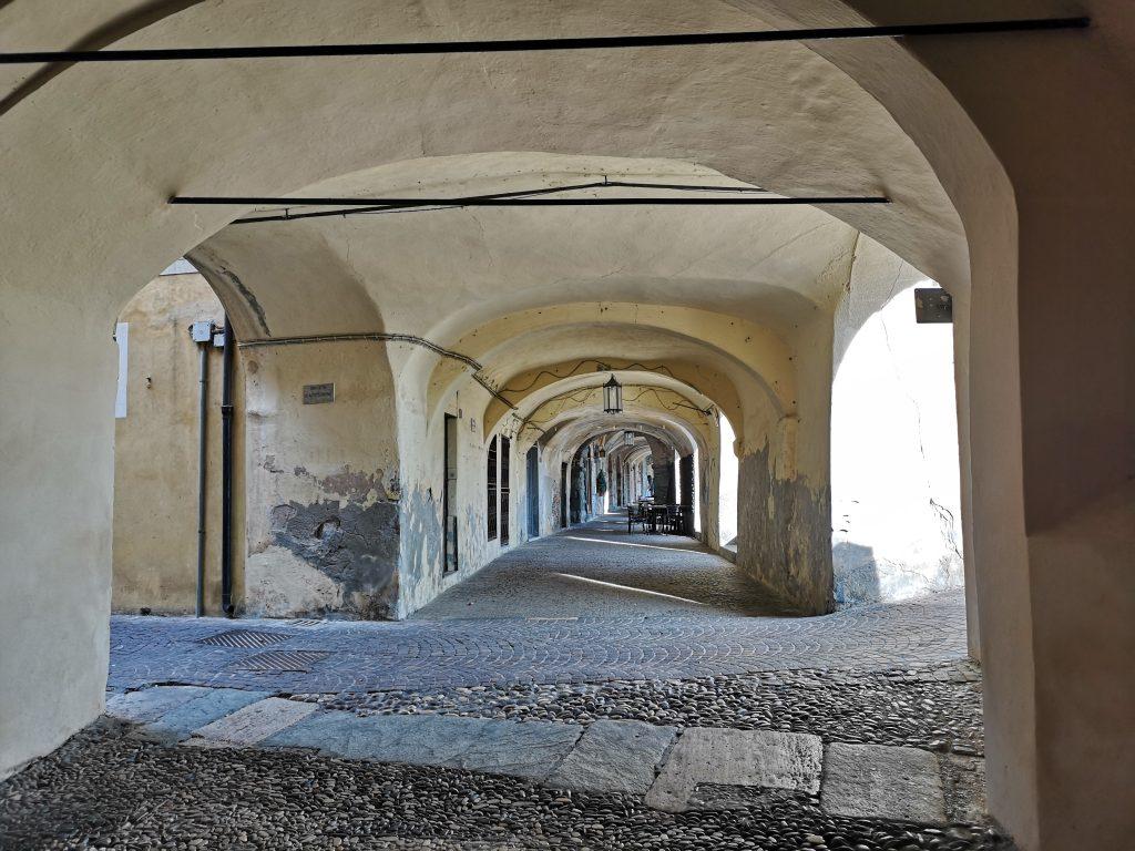 Gewölbegänge in Noli aus dem Mittelalter