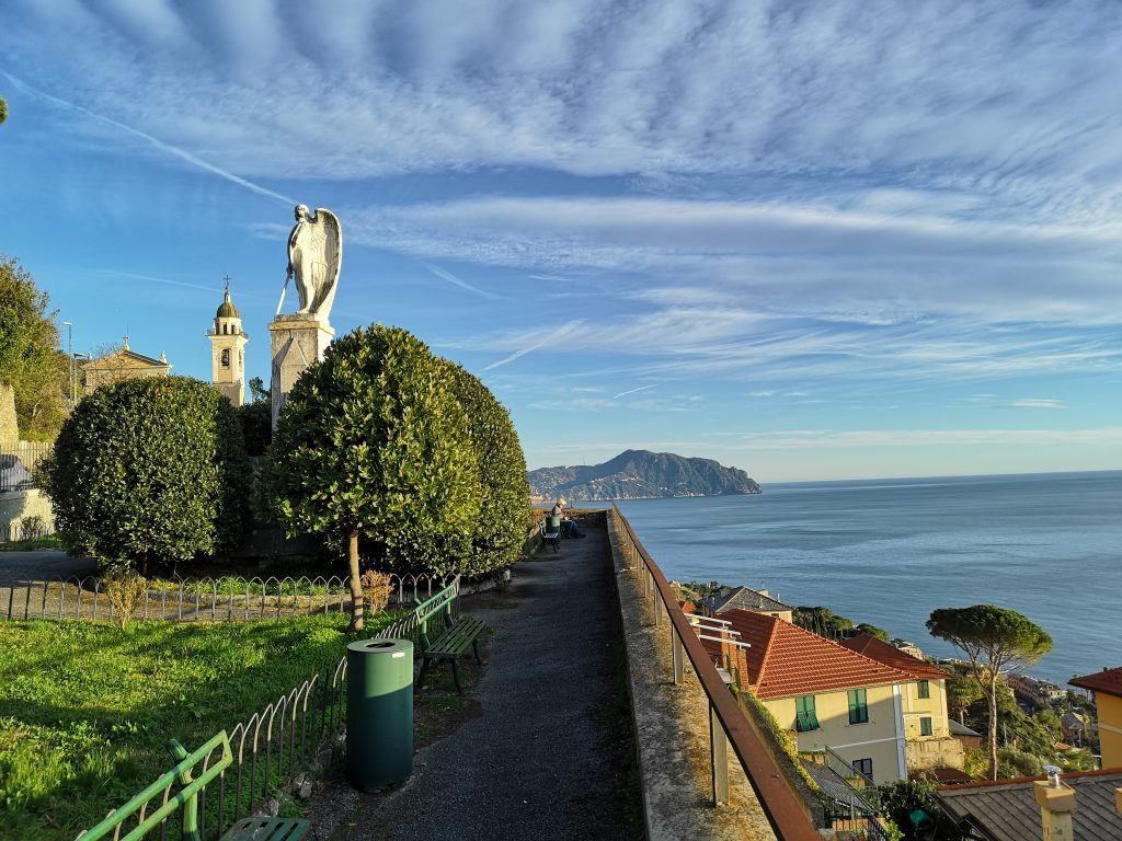 Aussichtsterrasse mit Blick auf die Küste von Levanto Italien
