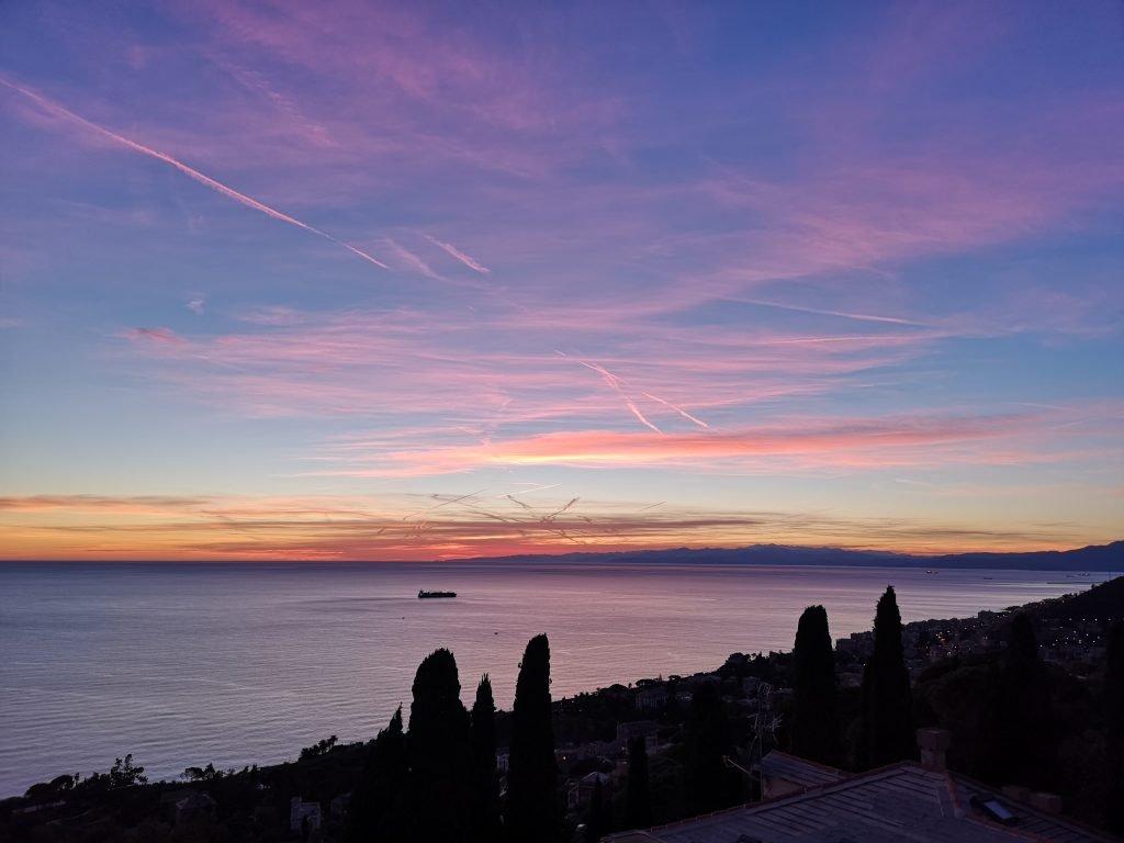 Blick auf die Küste von Genua mit Sonnenuntergang