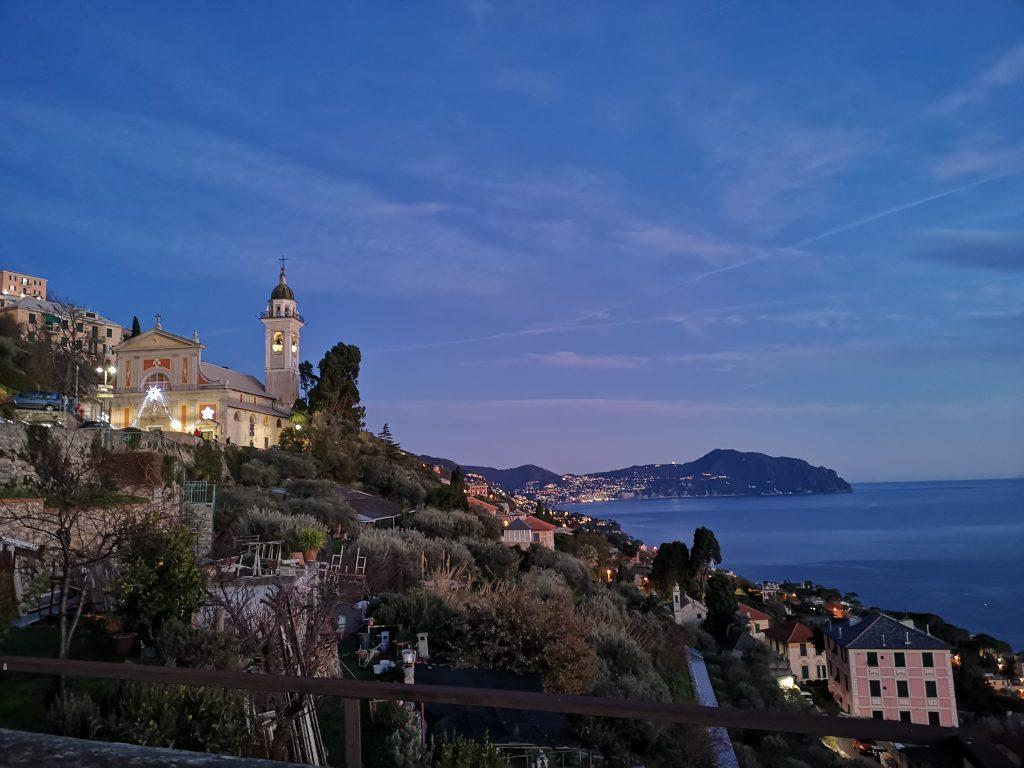 Ausblick auf die Küste bei Genua in der Abenddämmerung