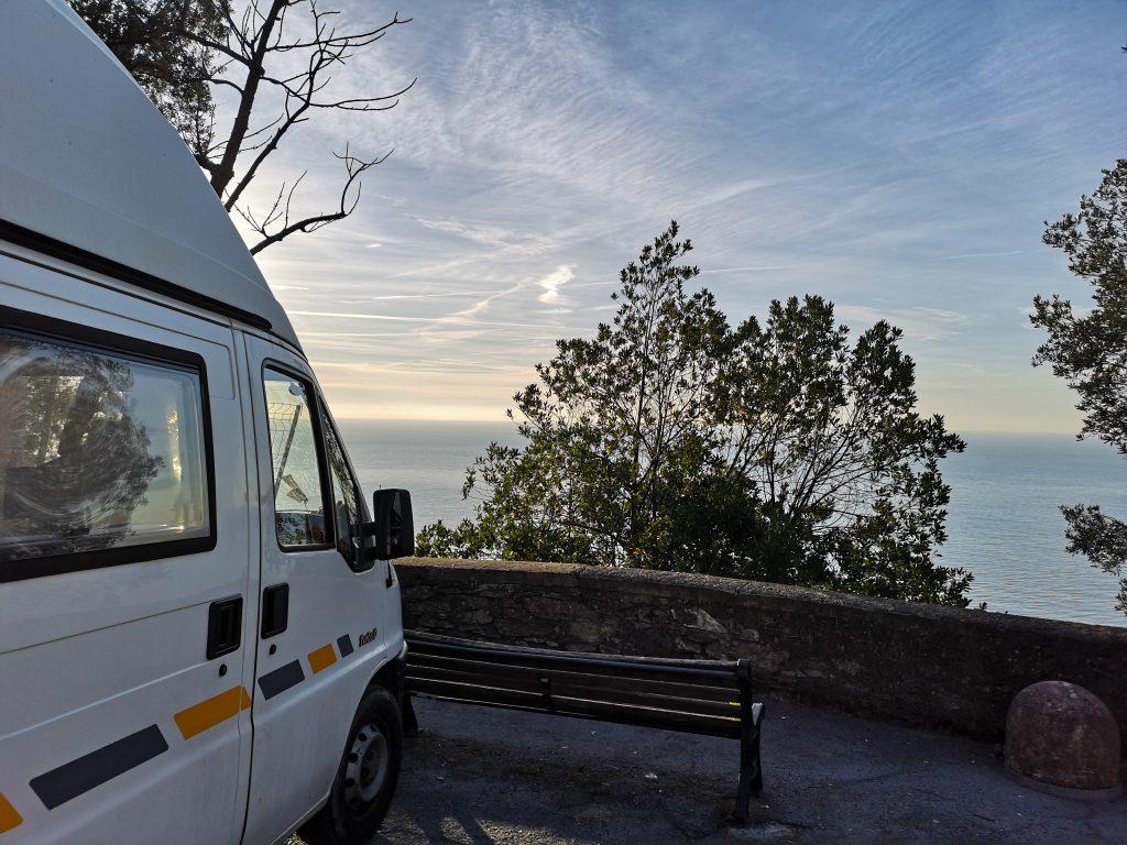 Blick aufs Meer von unserem Übernachtungsplatz mit dem Wohnmobil in Italien