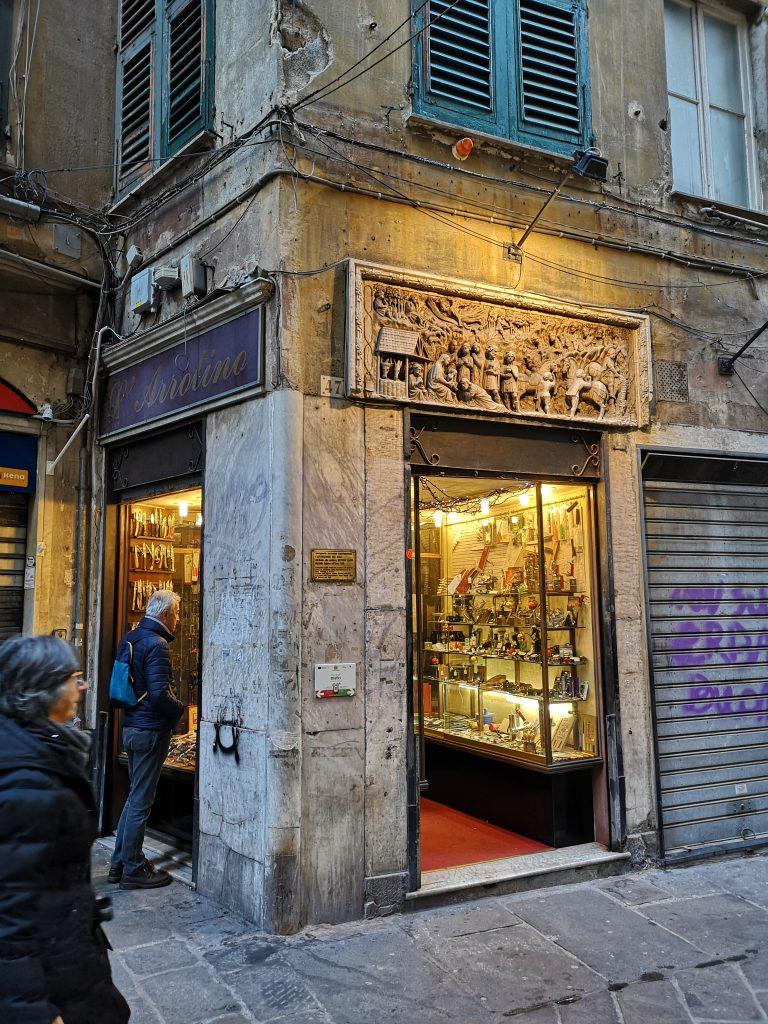 Ladenfront in Genua mit antikem Steinrelief