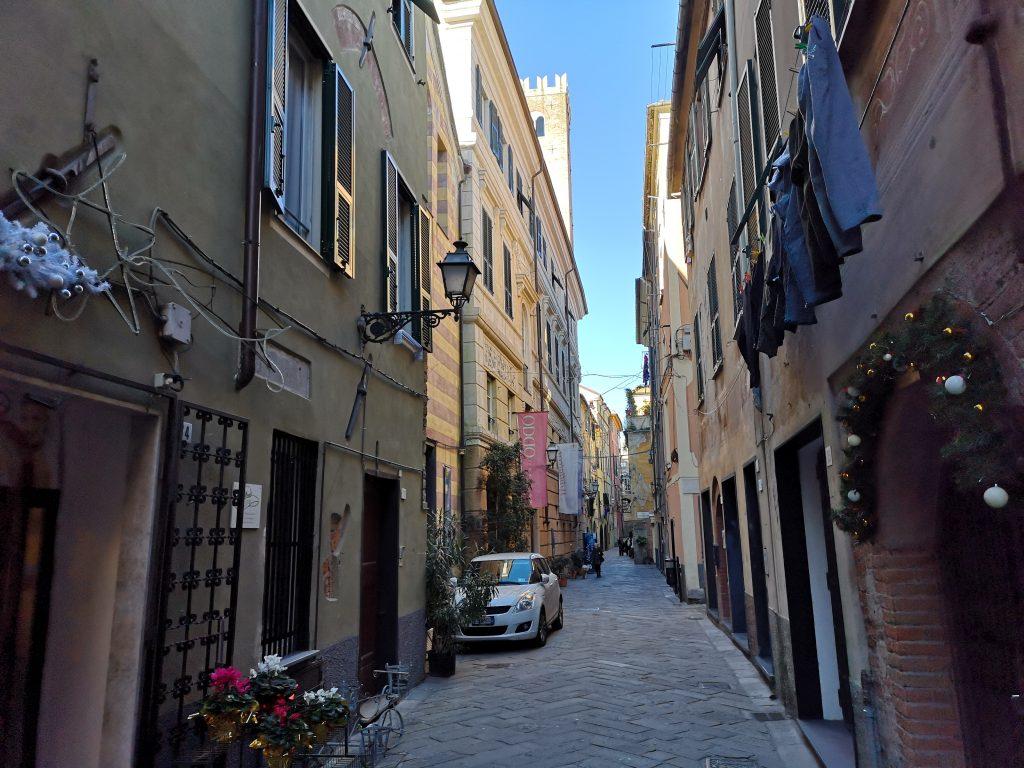 Gasse in Albenga Italien
