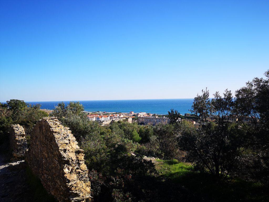 Blick auf das Meer von der Via Julia - Römische Straße bei Albenga Italien