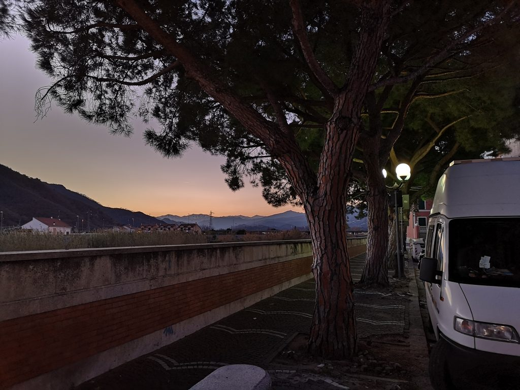 Übernachtungsplatz mit dem Wohnmobil in Albenga am Flußufer - Italien