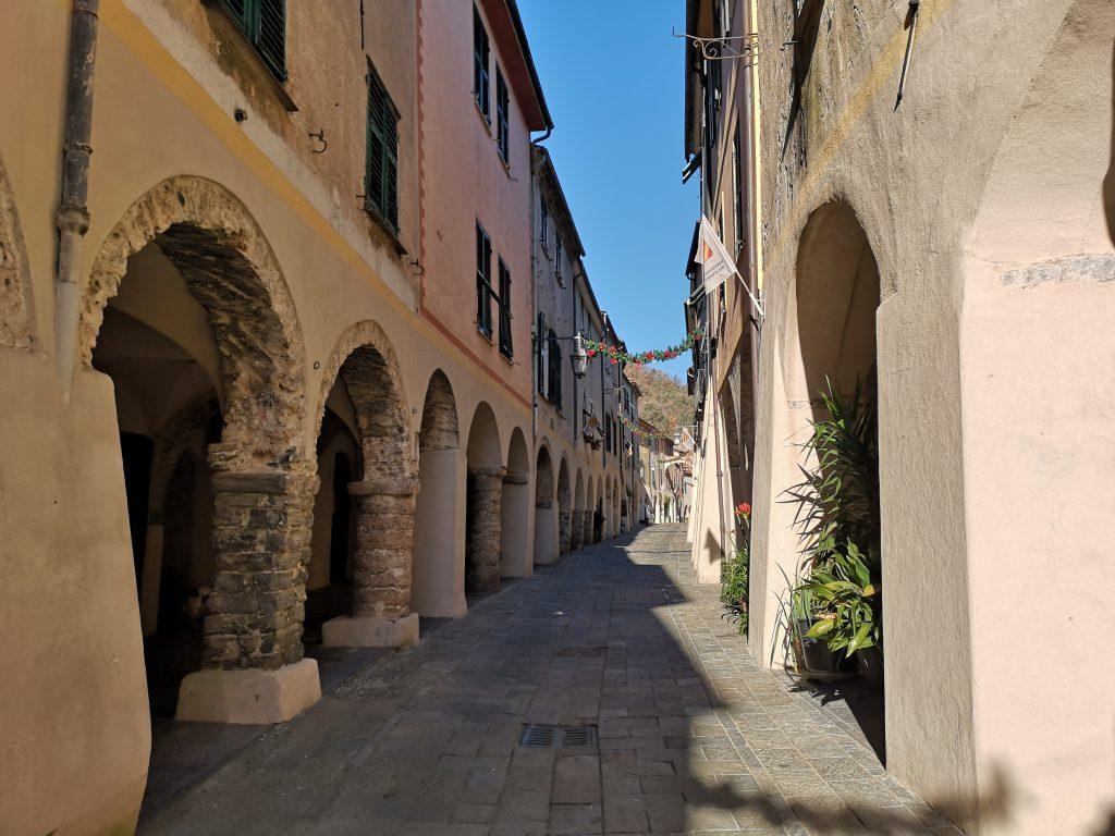 Mittelalterliche Gasse in Zuccarello Italien