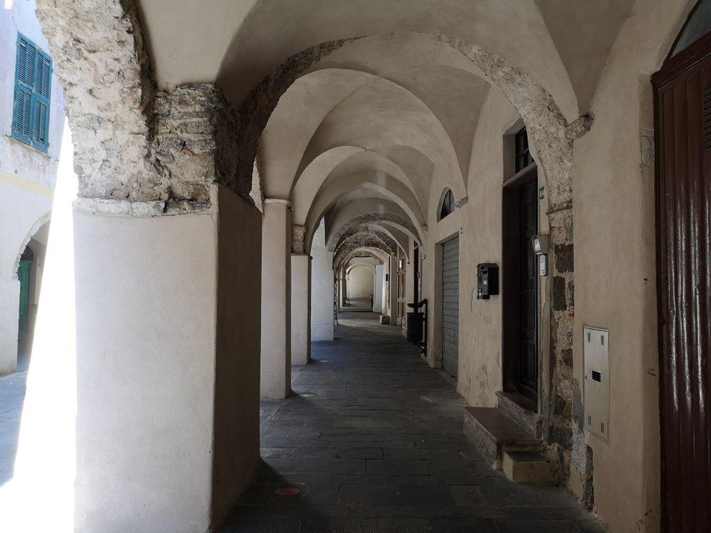 Mittelalterliche Gewölbegänge in Zuccarello Italien