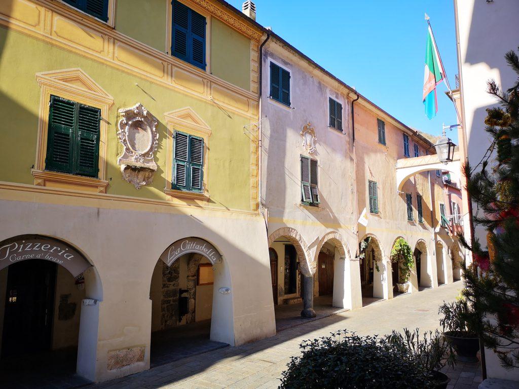 Häuserfassaden mit den mittelalterlichen Gewölbegängen in Zuccarello