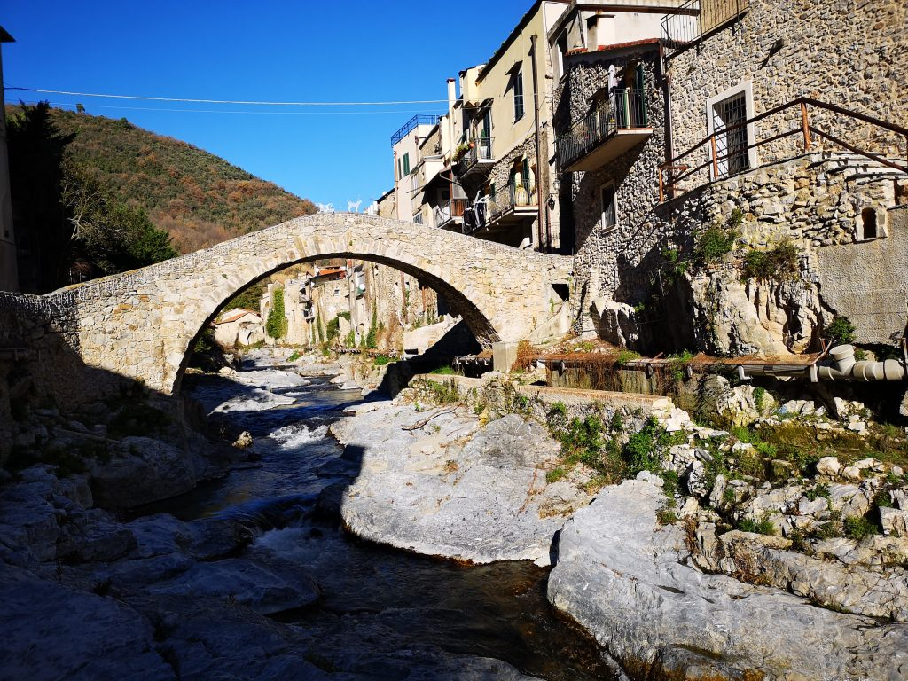 Römische Brücke in Zuccarello in den Bergen hinter Albenga Italien