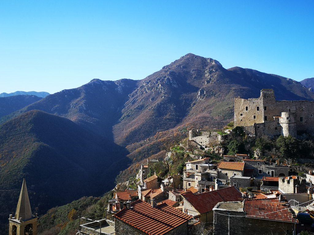 BLick auf die Burg Castelvecchio di Rocca Barbena in Italien