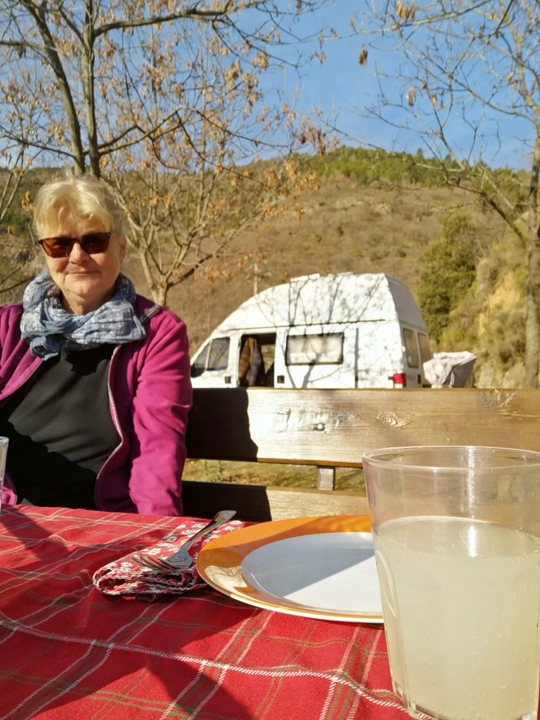 Elke beim Vesper in der Sonne mit unserem Wohnmobil - Italien