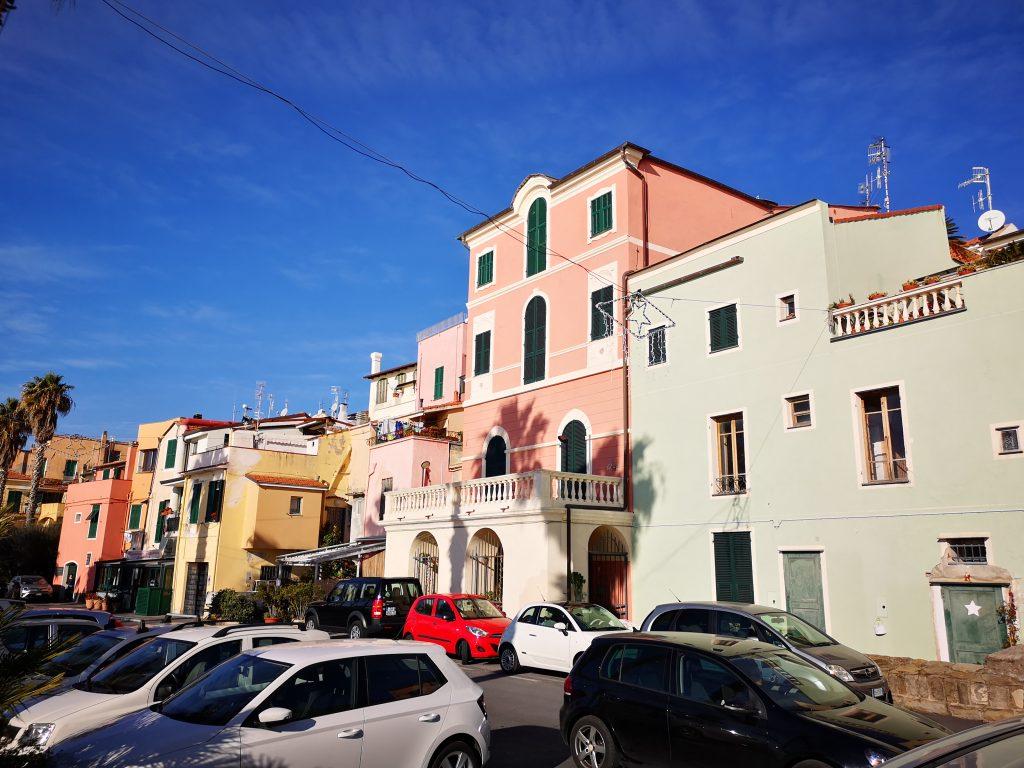 Häuser am Strand von Riva Ligure Italien