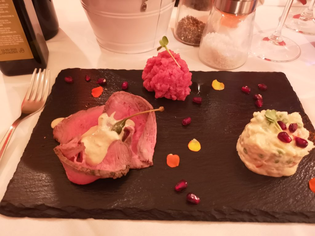 Vorspeise mit Tartar und Vitello Tonnato in Vercelli Italien