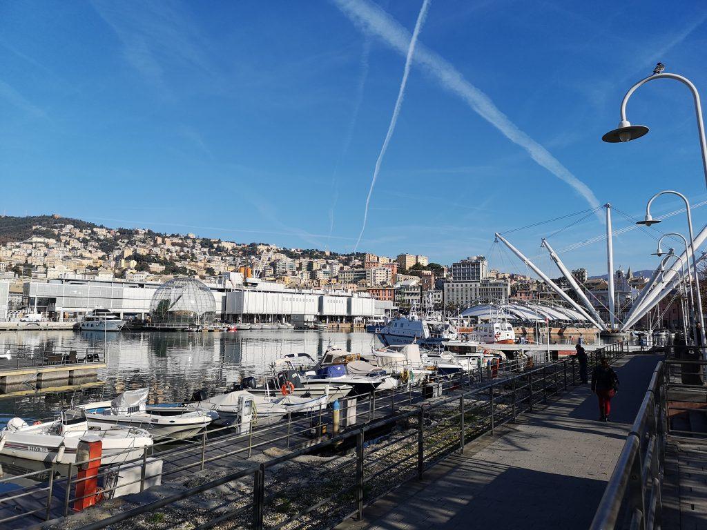 Blick auf den Hafen von Genua Italien