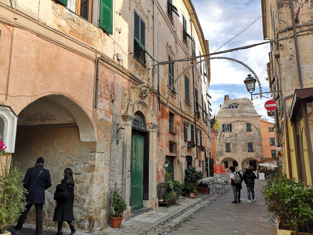 Gasse in Noli Italien