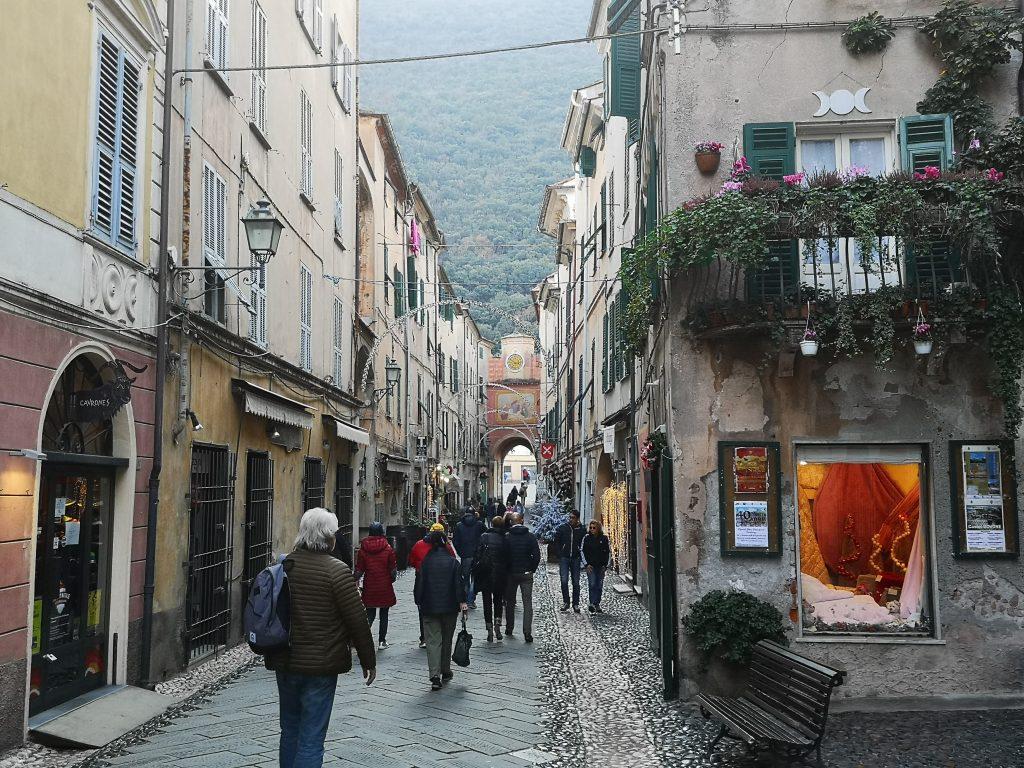 Gasse in Finalborgo Italien
