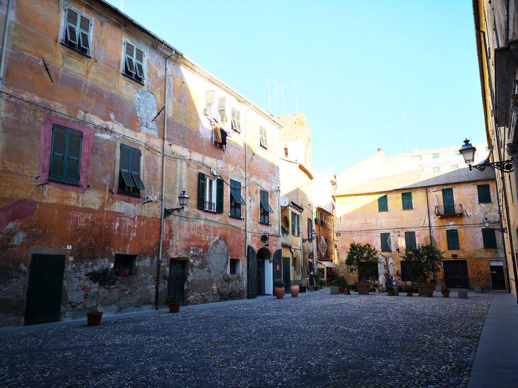 Blick in einen Hinterhof in Albenga Italien