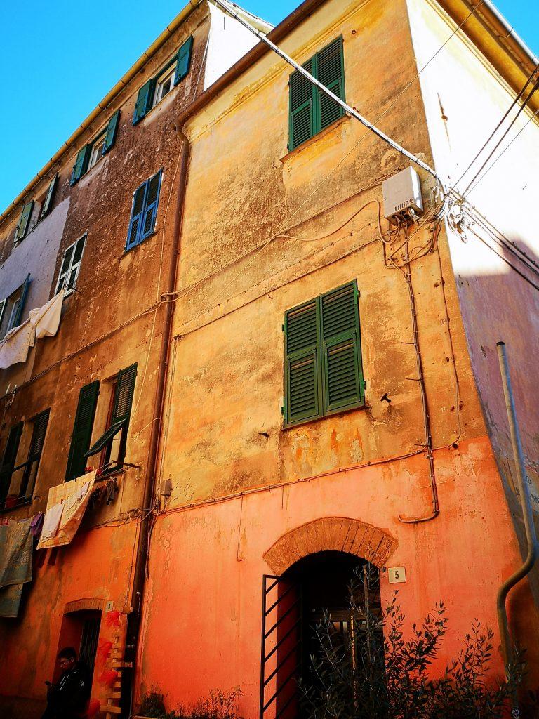 Häuserfassade in Albenga Italien