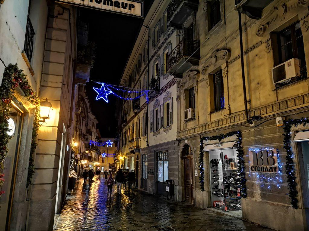 Fußgängerzone in Aosta in der Weihnachtszeit mit Beleuchtung