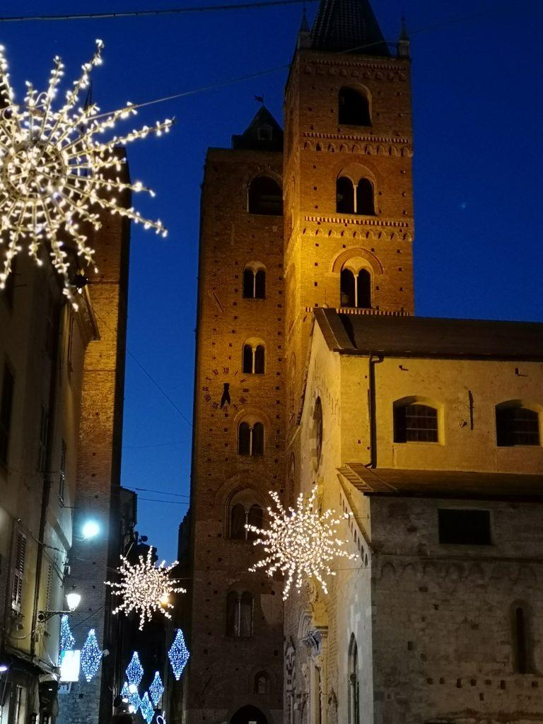 Geschlechtertürme von Albenga bei Nacht in der Weihnachtszeit