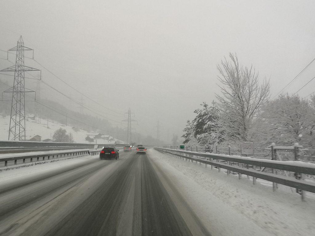Fahrt mit dem Wohnmobil durch die Schweiz im Schneetreiben