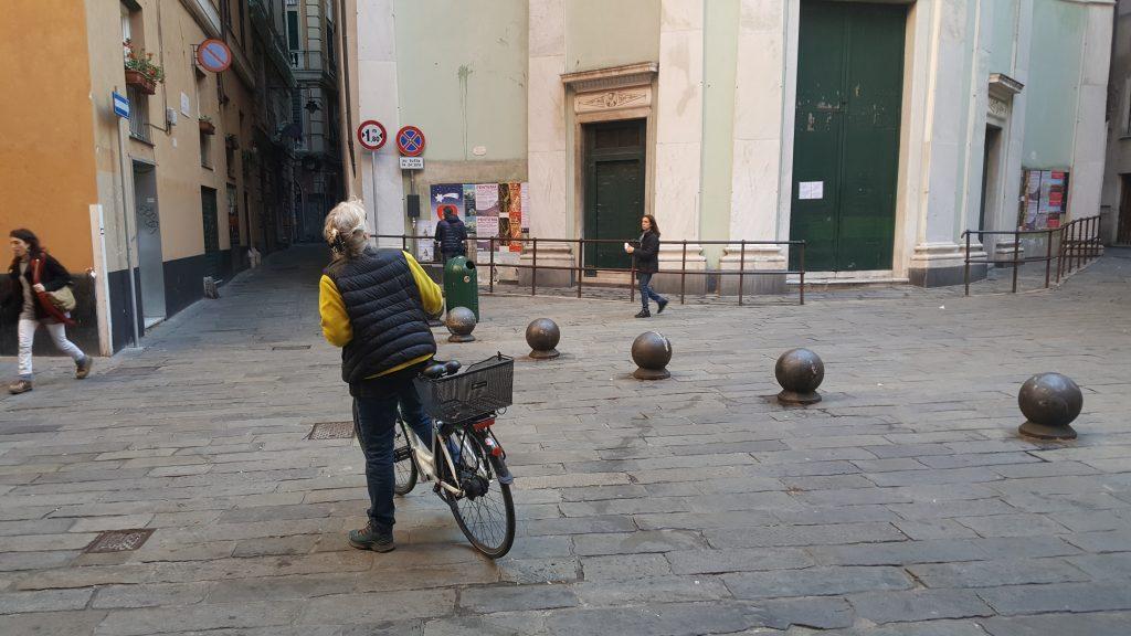 Mit dem Fahrrad unterwegs in Genua Italien
