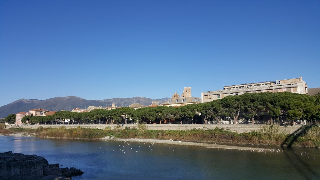 Blick auf Albenga mit den Geschlechtertürmen in Italien