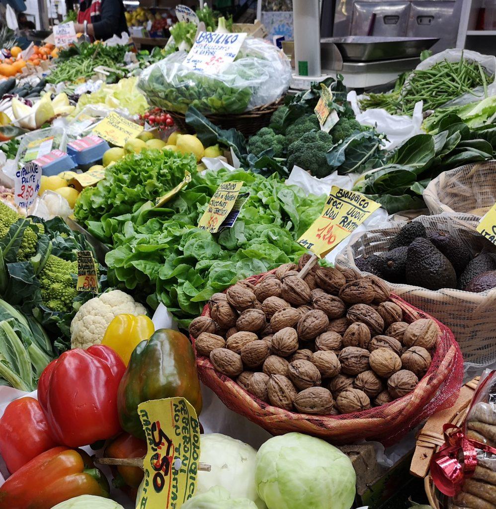 Marktstand in Italien mit frischen Salaten und Gemüsen
