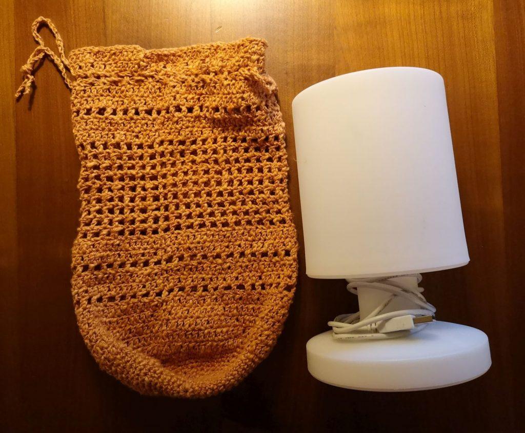 Selbstgehäkelter Lampenschirm für eine Campingleuchte für den Außen- und Innenbereich