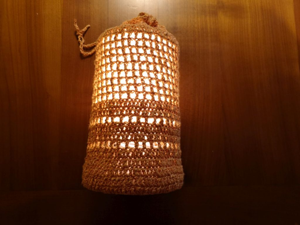 Lampe mit selbst gehäkeltem Lampenschirm