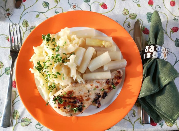 Marinierte Hähnchenbrust mit Spargelgemüse