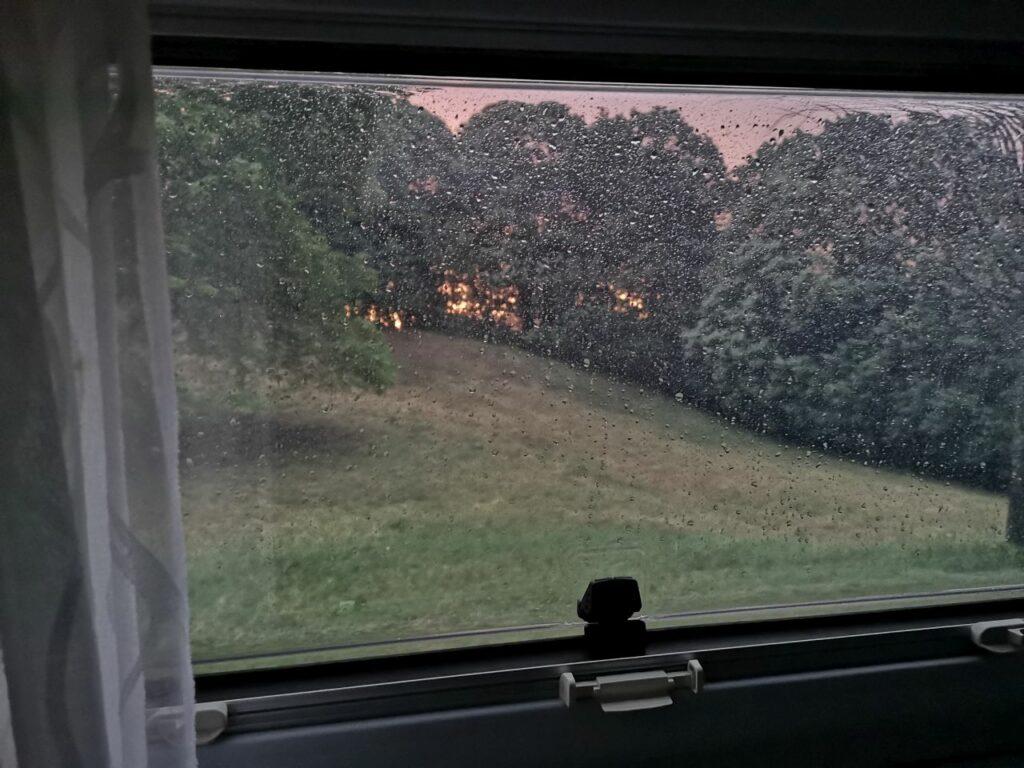 Blick aus dem Wohnmobil bei Regen