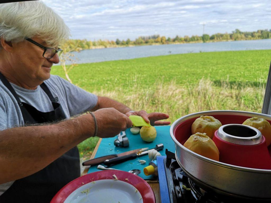 Äpfel mit Münsterkäse füllen im Omnia garen