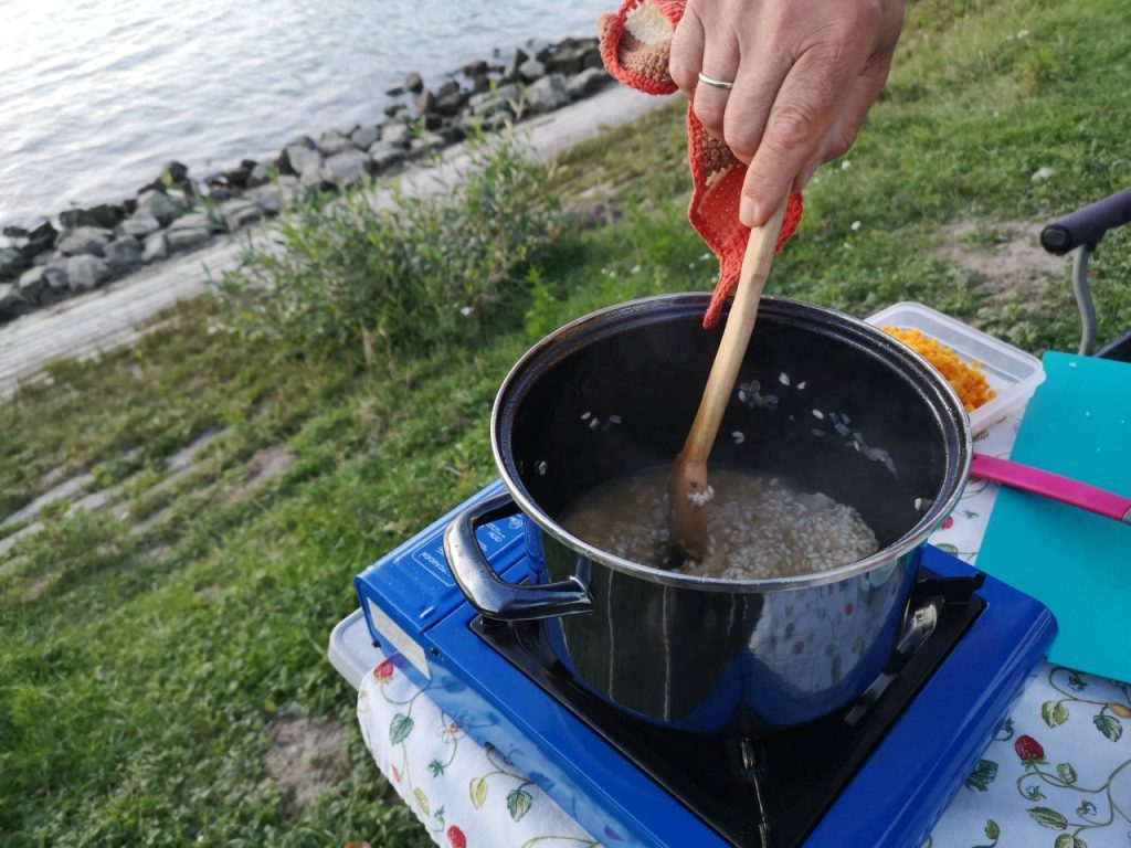Campingküche Risotto Reis im Wohnmobil kochen