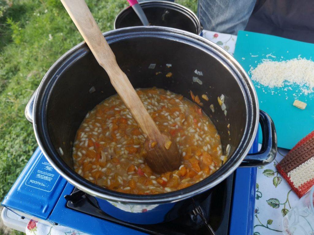 Campingküche Risotto mit Kürbis im Wohnmobil kochen