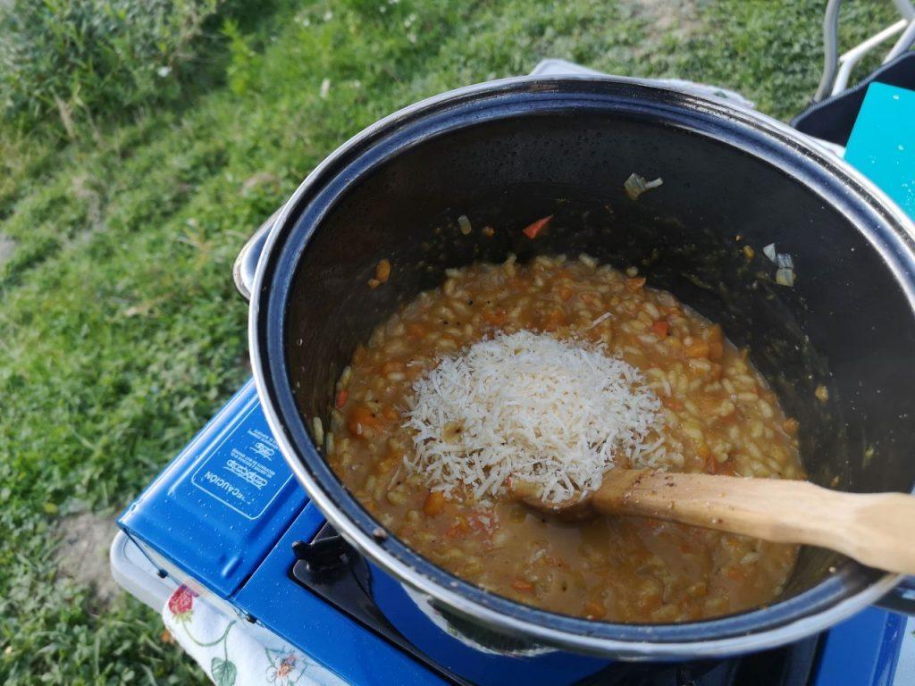 Campingküche Kürbisrisotto mit Parmesan verfeinern
