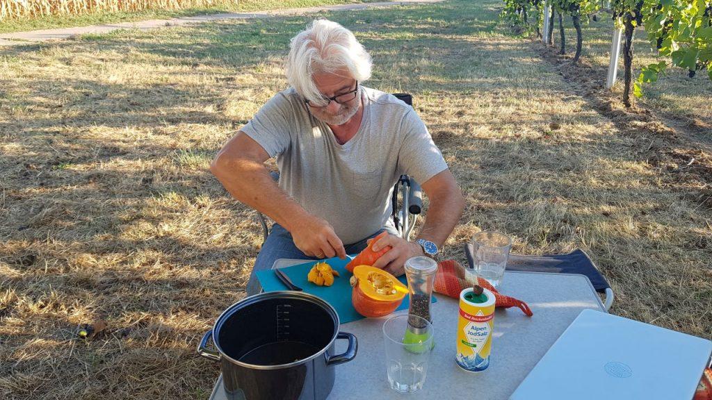 Campingküche Kürbis für Kürbissuppe vorbereitet