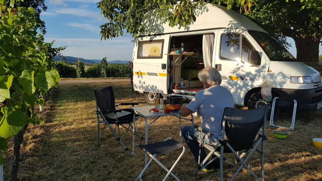 Campingküche vor dem Wohnmobil